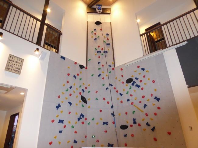 ↑高さ 8mのボルダリングスペース