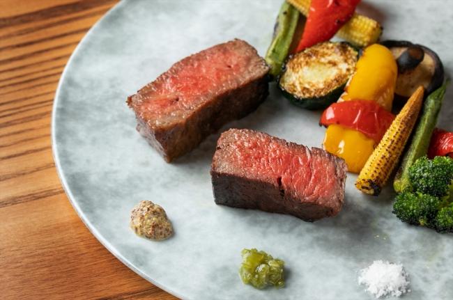 外側はカリッと香ばしく、中は肉汁を閉じ込めしっとりと仕上げた、上品なステーキ