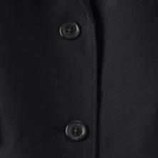 シンプルかつエレガントな2つボタンのジャケット。