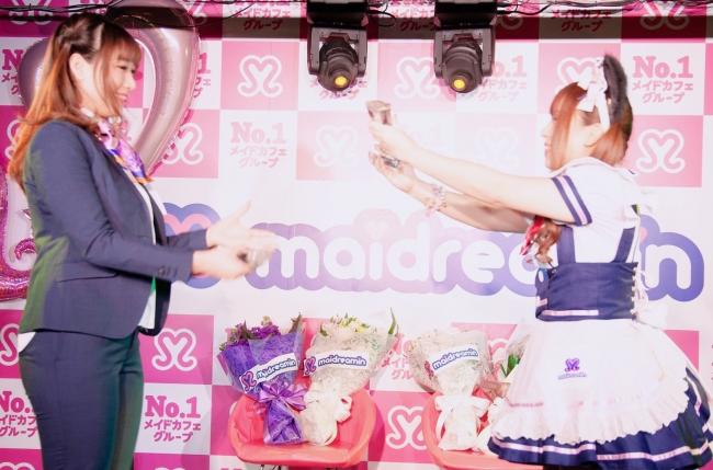 事業責任者のまりるへトロフィーを返還するMOEkawaiiQUEEN3連覇のぴぃす(新宿東口店)