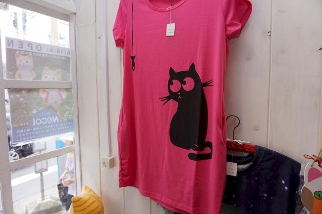 ビビッドなカラーに可愛い黒猫のTシャツ。