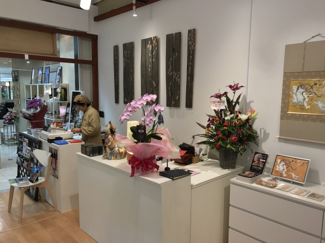 レジ周りは、まだまだ開店祝いのお花で一杯!