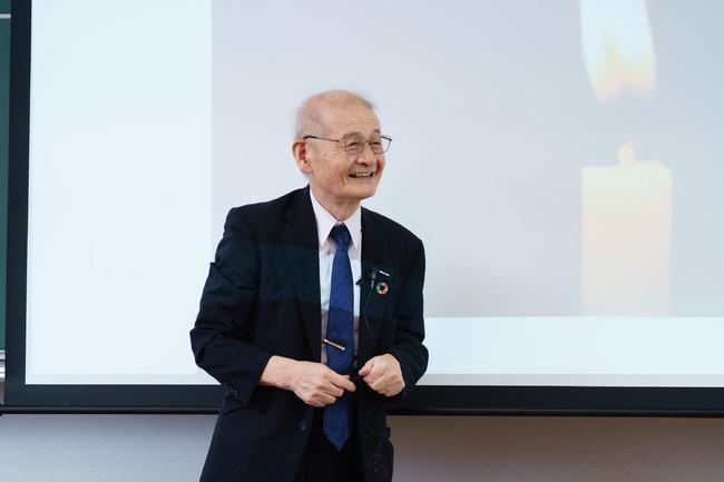 生徒の質問に耳を傾ける吉野彰氏