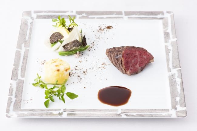 黒毛和牛イチボ肉のグリエ ソース・ボルドレーズ ドフィノワーズ、アンディーヴ