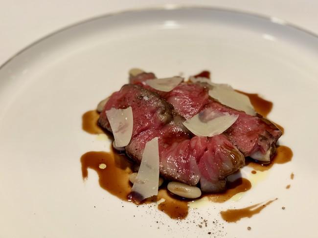 飛騨牛サーロインのローストビーフ 白インゲン豆の軽い煮込みと赤ワインのソース