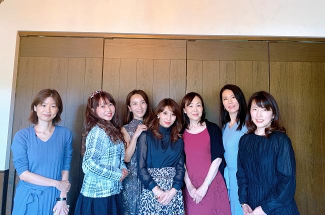 座談会参加者と右から3番目が鈴江祐未さん