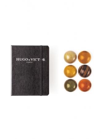 「HUGO & VICTOR」 を代名詞ブック型ケース 「カルネ」とスフェール