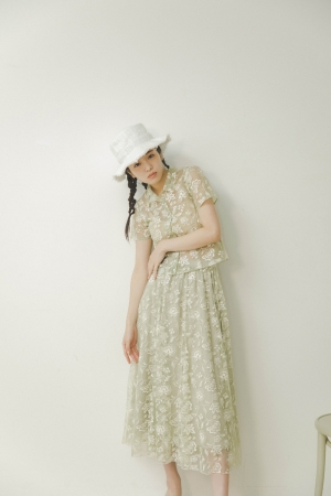 Blouse 9,000+tax, Skirt 13,600yen+tax, Hat 5,800+tax