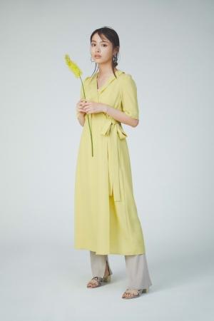 Dress ¥13,000 Pants ¥8,100 Ear cuff ¥4,200 Shoes ¥12,000