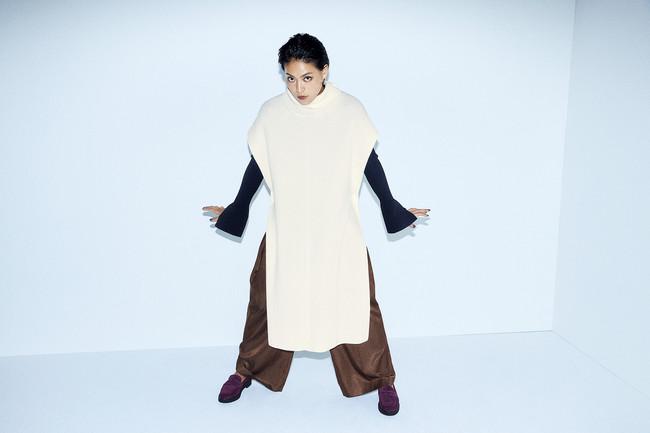 Knit poncho ¥29,000+tax Knit cardigan¥15,000+tax Pants¥20,000+tax Pierced earrings ¥5,400+tax Shoes (FRAY I.D×REGAL) ¥25,000+tax