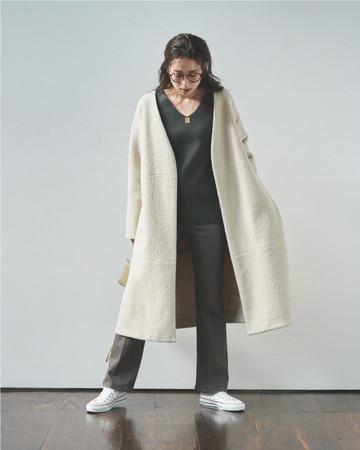 パンツ+スニーカーのカジュアルコーデもVネックの肌見せで女らしく