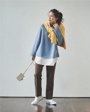カジュアルなスニーカースタイルは色物を足して元気な印象に仕上げて