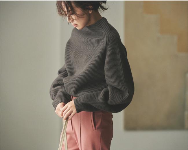 トレンドのチャコールグレーはボリューム袖のニットとピンクのパンツで可愛らしい印象へ