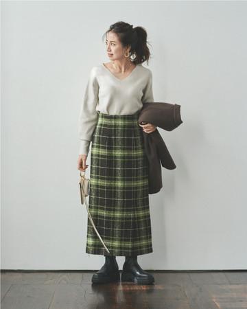 薄手なのでスカートにインも可能。Vの抜け感もあるので足元ボリュームもバランス良し