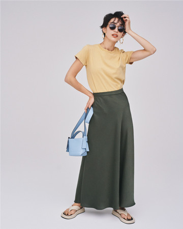 Tops 4,200yen+tax Skirt 8,100yen+tax Bag 7,700yen+tax Sandals 9,800yen+tax
