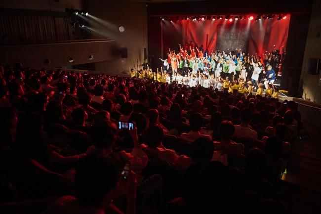 カーテンコールでは、オリジナル曲「踊れ!人生があるうちに」を観客とともに歌った