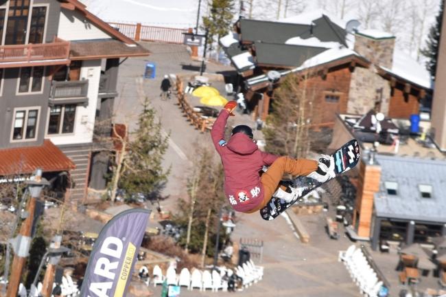 スノーボードへのCIロゴ掲載イメージ