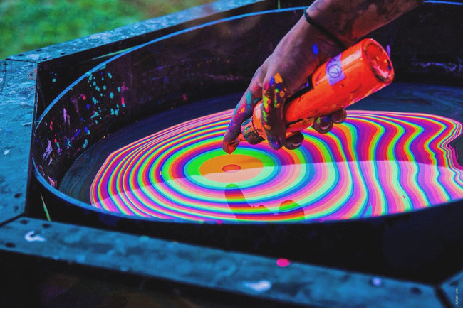 極彩色流シ表現集団のDWSとコラボレーションした『色流し足袋マスク』を限定発売