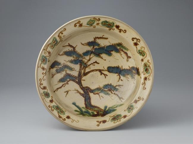 鉄絵緑彩松樹文大皿    肥前 武雄 1620~1640年代 佐賀県重要文化財
