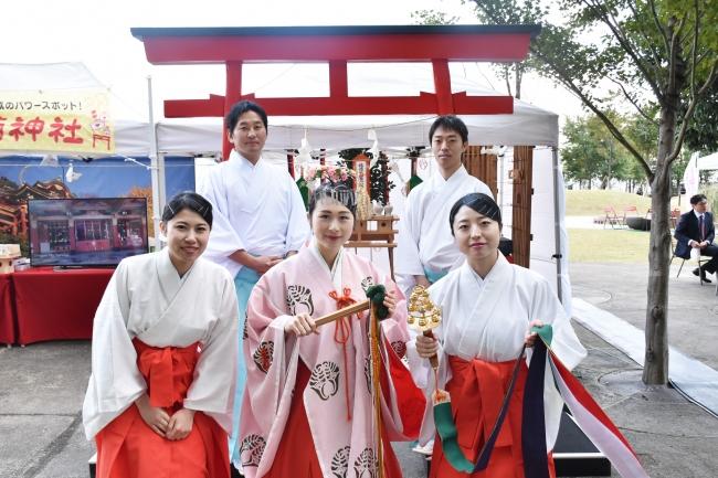 祐徳稲荷神社から巫女と神職が登場し、冬の恋を結びます。