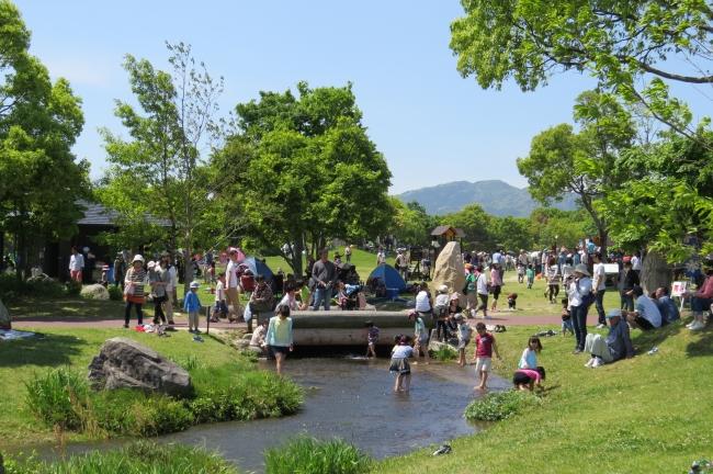 歴史的施設の東口エリアに対して、  西口エリアはバーベキュー、  テント、  遊具等が揃う。