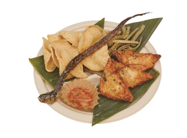 【店舗名:Ton Pal Chicken】 おつまみプレート フライドワラスボ、  うなぎの骨、  シュリンプトーストと海老せんの柚子胡椒チリソース添え