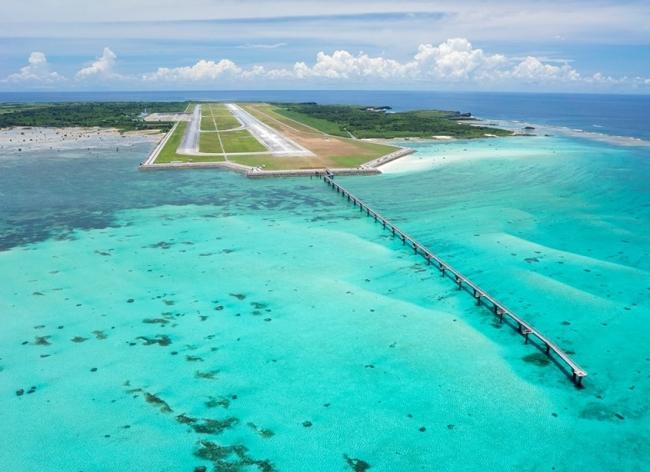 空港と宮古ブルーの海