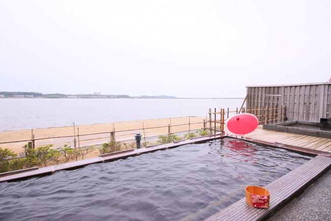 柴山潟を望む開放的な露天風呂
