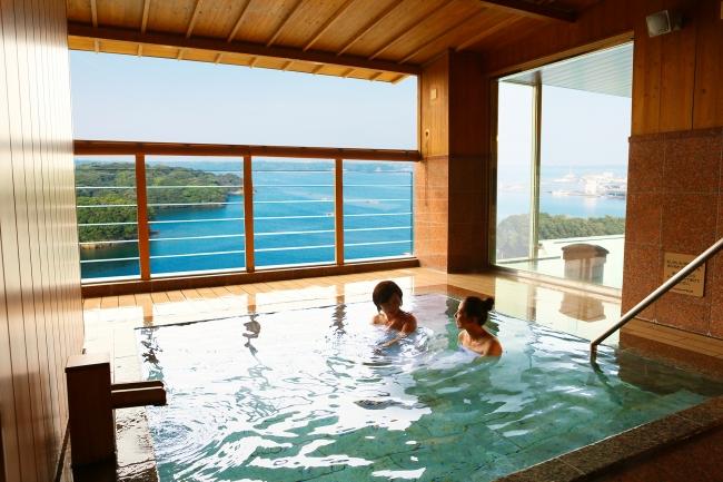 海を眺めながらゆったりと温泉を満喫できる露天風呂