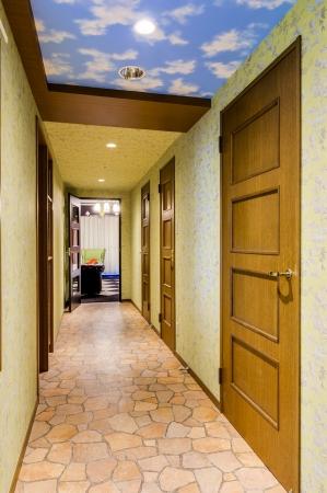 アリスルームの廊下。  天井には青空、  足元は石畳風で雰囲気たっぷり。