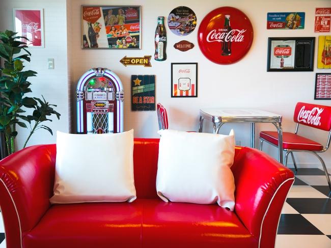あらゆるものがコカ・コーラ!こだわりの客室。