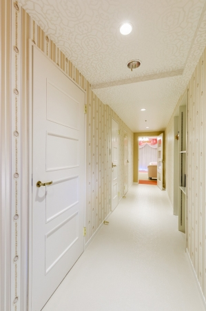ティアラルームの白を基調とした清潔感あふれる廊下。