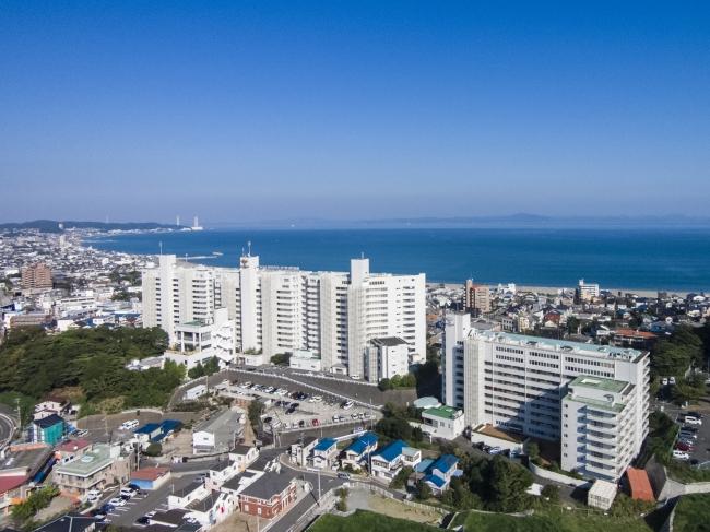 三浦海岸の高台に建つ白亜の建物がマホロバ・マインズ三浦