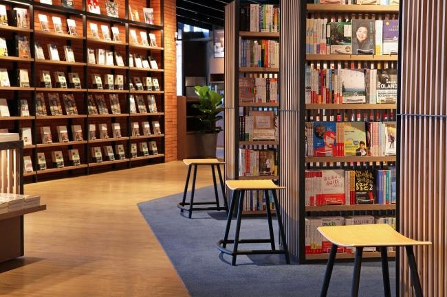 店内のいたるところで座りながら本を選べます