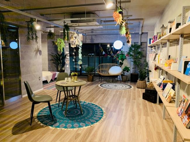 自由に編集し創造できるシンプルな空間」※ディレクションルーム写真