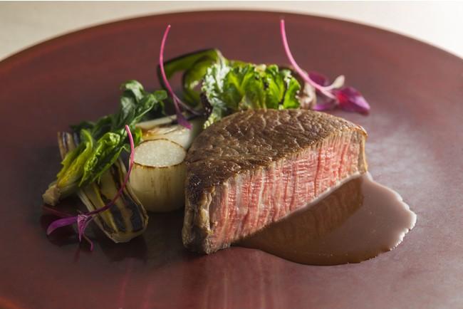 付け合わせには地域で獲れた季節の新鮮野菜を。お肉につけるソースにも地元の醤油や味噌を使い、今ここでしか味わえない味をご提供しています。