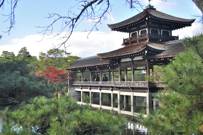 神苑に佇む「泰平閣」。大正元年(1912年)に京都御所から移築され、神苑を象徴する建物となっている