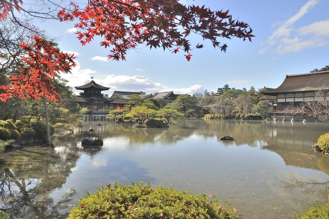 写真右に移るのが「尚美館」。大正元年(1912年)に京都御所から移築された。