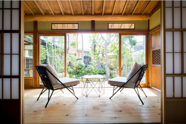 昭和初期の建物。元は柳半別邸と呼ばれ、地元の方々に愛された料亭を営んでいました。夏と秋の大祭では目の前を山車が通る特等席となります。