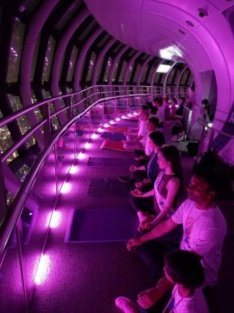 昨年度の地上450mの『東京スカイツリー天望回廊』でのヨガの様子