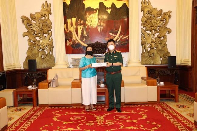 国防省対外局長 ヴー・チェン・タン中将(右)
