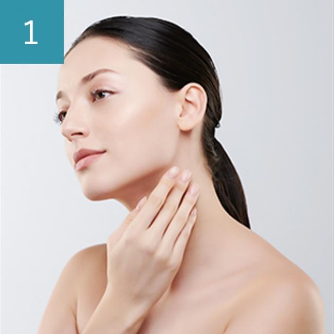 化粧水でお肌を整えます。