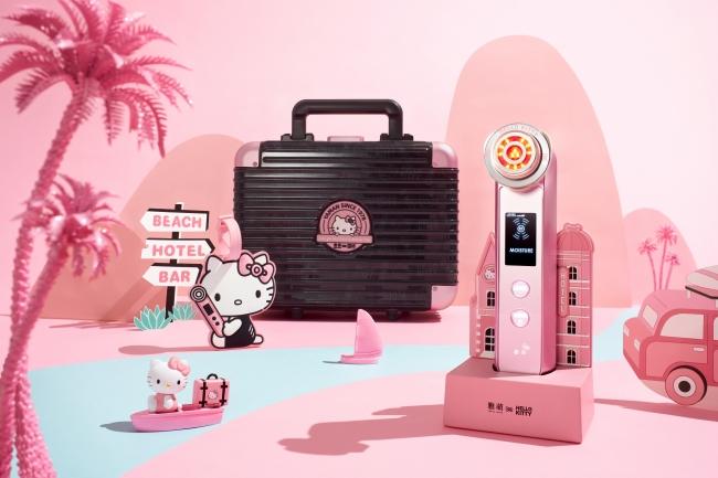 """『Hello Kitty45周年限定コラボセット』。 """"水光機"""" の愛称で人気の『フォトプラス PLUS M』に、本セットでしか手に入らない「Hello Kitty」の美顔器スタンド、キャリーケース、ラゲージタグをセット。"""