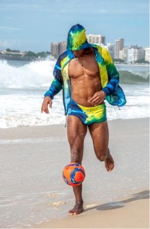 プロデューサーのオズ茂怜羅(ビーチサッカー日本代表/東京ヴェルディBS) スンガは着用すると四角いフォルムが特徴的。プールでも着用できる塩素対応素材。