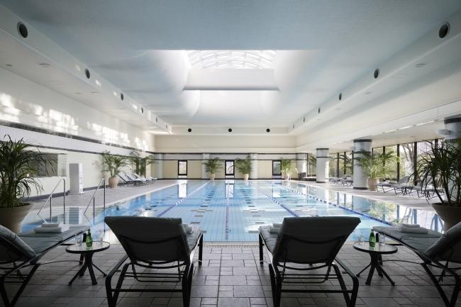 ホテル内ヘルスクラブ 温水プール 庭園の緑を望む25m×5コース。プールサイドには、ジェット水圧の刺激がリラックス効果を高めるワールプールバスも完備。