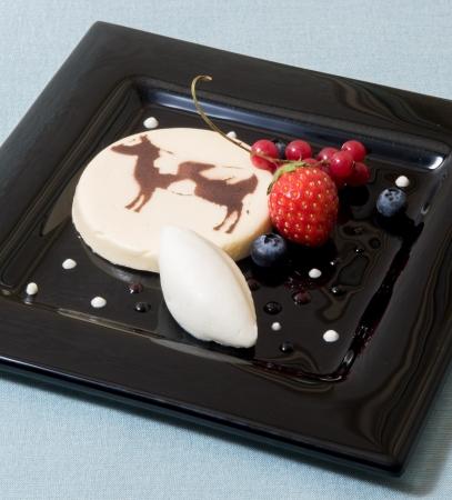 ウェルカムスイーツ「ミルクジェラートとプティニュアージュのムース」(お一人さまにつき一皿)