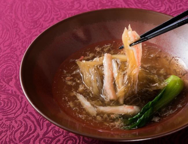 青鮫尾鰭のふかひれと毛蟹のスープ