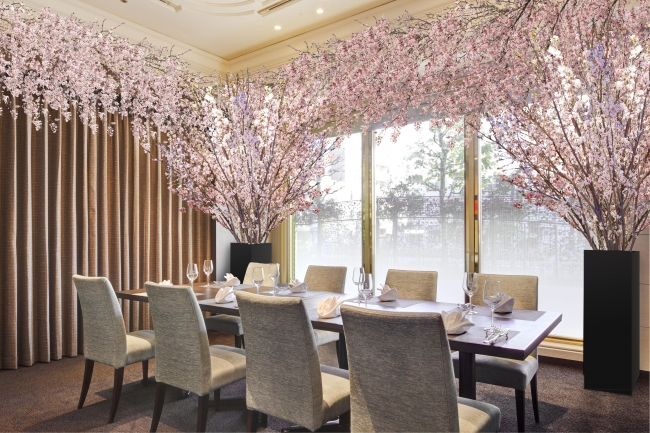 桜の装飾を施した個室でパーティーを