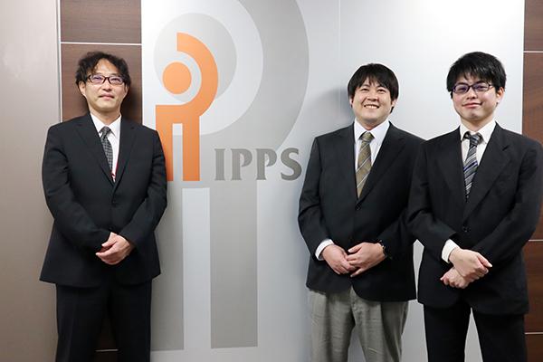 左から アイピー・パワーシステムズ株式会社 カスタマーオペレーション部 湯浅部長、朝桐チームリーダー、永井氏