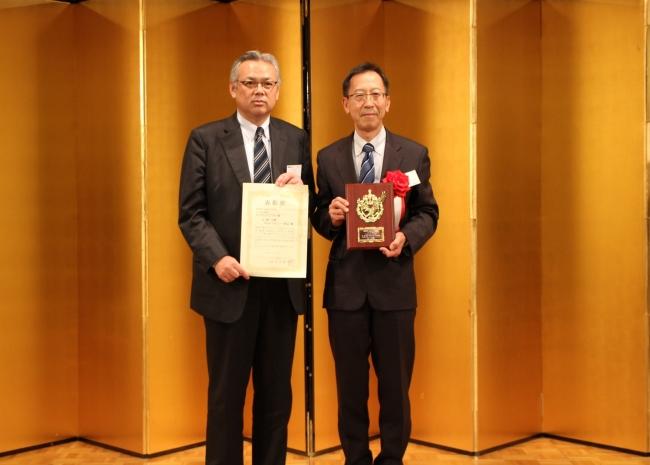 左 KDDIエボルバ代表取締役副社長 佐藤司、右 幸満つる郷 所長 稲葉浩